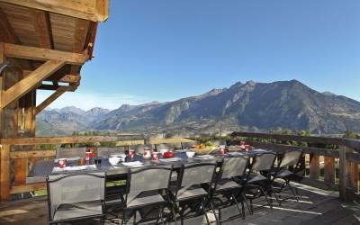 Petit dejeuner en terrasse Chalet de montagne familial à louer à Risoul Vars Alpes du sud